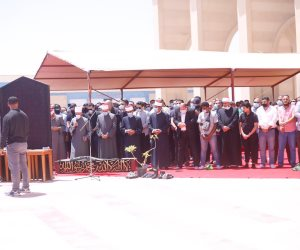 أسامة الأزهري يؤم المصلين في جنازة الفنان سمير غانم بمسجد المشير (صور)
