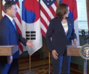 """وصفوها بالعنصرية.. ماذا فعلت """"كاملا هاريس"""" بعد مصافحة رئيس كوريا الجنوبية؟"""