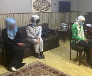 الشرطة تنقل سيدة بلا مأوى إلى دور رعاية بالقاهرة.. صور