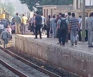 خروج عربة قطار عن القضبان بمحطة بنها والسكة الحديد تدفع أوناش لرفعها.. صور