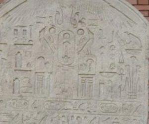 مواطن يعثر على لوحة أثرية بأرضه ويسلمها للدولة: دي حاجة مصر