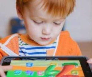 دراسة: قضاء طفلك وقتا أطول أمام شاشة الهاتف والتليفزيون يعرضه للسمنة
