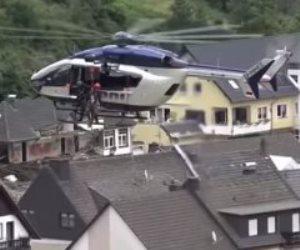 هليكوبتر تنقذ السكان بالحبال من أسطح منازلهم بسبب فيضانات ألمانيا.. فيديو وصور