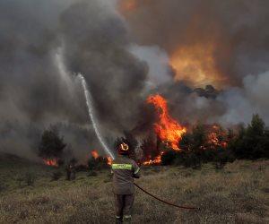 العالم يحترق.. كوارث مدمرة تلف الأرض من شرقها لغربها