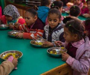التغذية المدرسية بدأت منذ 80 عاما بفرمان ملكي.. كيف طورتها الدولة من الفول للبسكويت الصحي؟