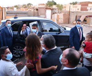 الرئيس السيسي يتبادل الحديث مع المواطنين فى الرويسات بشرم الشيخ.. صور