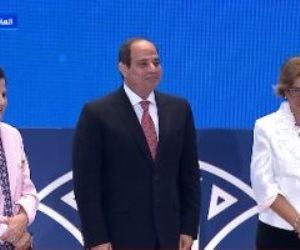 الرئيس السيسى يلتقط صورة تذكارية مع والدة ممثلة برنامج الأمم المتحدة الإنمائى