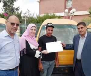 لتوفير فرص عمل للشباب.. توزيع عقود 10 سيارات ميني فان على مستحقين ببئر العبد في سيناء (صور)