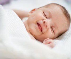 أسرار ابتسامات الأطفال أثناء النوم .. دراسة حديثة تجيب