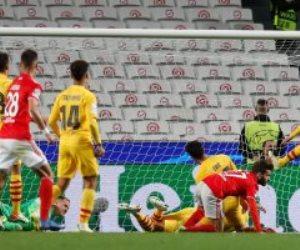"""برشلونة """" المهزوز """" يتلقي الهزيمة الثانية من بنفيكا ويخسر بثلاثية فى دوري أبطال أوربا.. فيديو"""