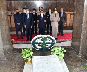 الرئيس السيسي يضع أكاليل الزهور على قبر الجندى المجهول وجمال عبد الناصر والسادات