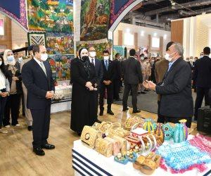 الرئيس السيسي يسلم جوائز لأفضل 3 مشروعات حرفية وتراثية على هامش معرض تراثنا (صور)