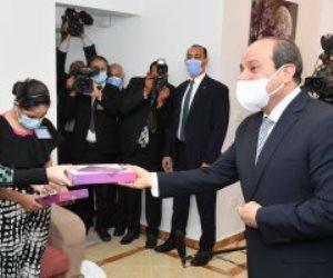 """الرئيس السيسي يهدى أبناء من أسر الإسكان بديل المناطق غير الآمنة """"تابلت"""" (صور)"""