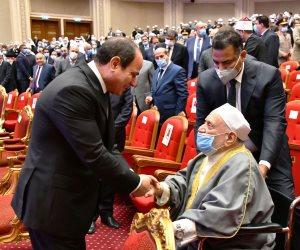 الرئيس السيسي يحيي الدكتور أحمد عمر هاشم في احتفالية ذكرى المولد النبوي