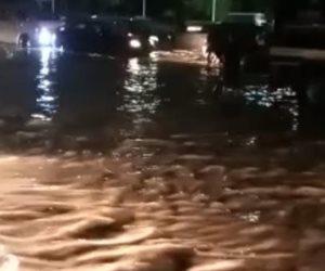 كثافات مرورية نتيجة كسر ماسورة مياه بالطريق الدائري (فيديو)