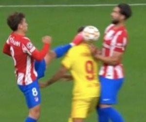 بسبب تدخله القوي مع فيرمينو ..  طرد جريزمان مهاجم أتلتيكو مدريد في الدقيقة 52