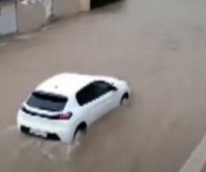 مياه الفيضانات تجرف السيارات وتدخل المنازل والمقاهى بمدينة إسبانية.. فيديو