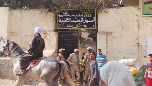 عمدة يمتطي حصانا للإدلاء بصوته في دائرة طما بسوهاج