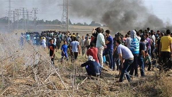 إصابة عشرات الفلسطينيين والأجانب بالاختناق بمسيرة مناهضة للاستيطان