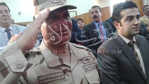 مستشار كفر الشيخ العسكري يبكي خلال مشهد مسرحي بإحدى المدارس (صور)
