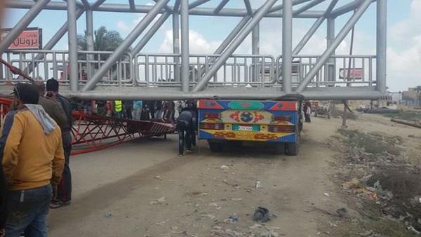 مرور الإسكندرية تزيل أثار حادث إنهيار كوبري «مرغم»